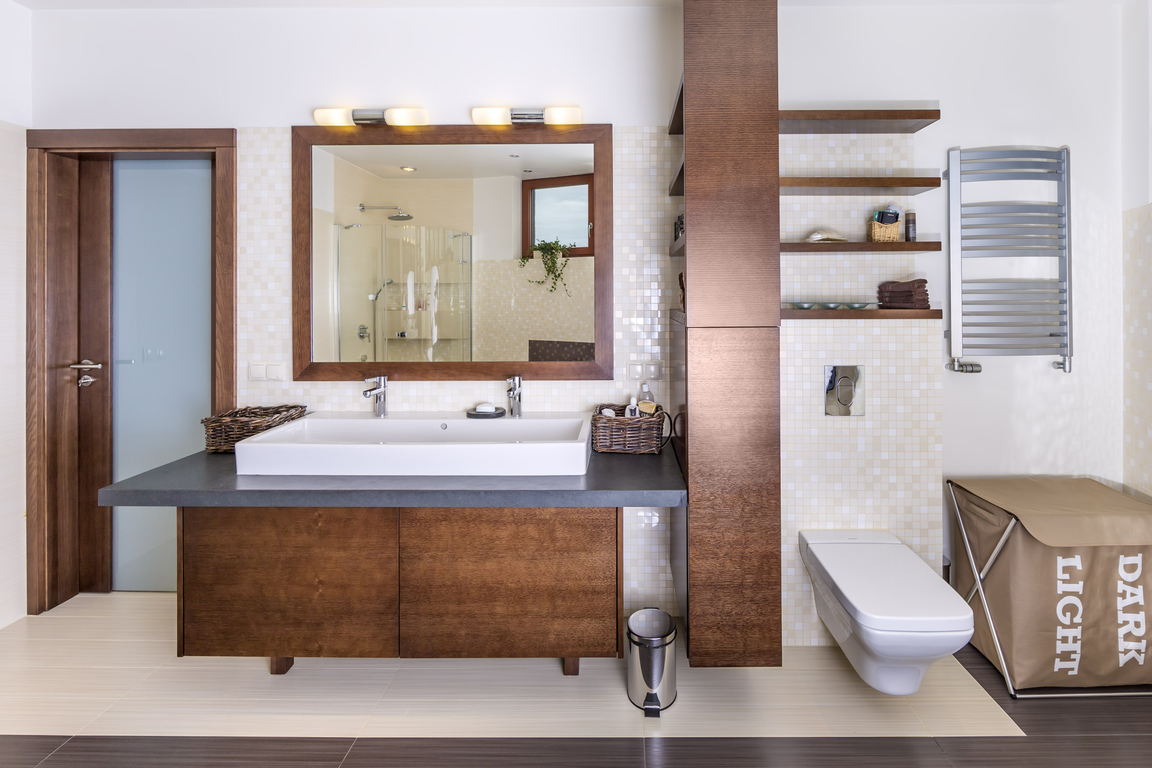 Łazienka w barwach całego domu, jedna, ale podwójna umywalka.